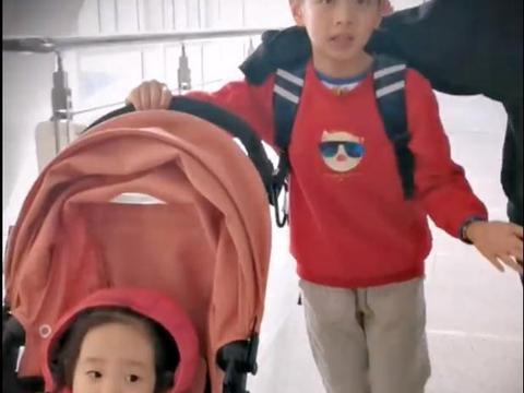 杨威带杨阳洋和双胞胎去澳门度假,哥哥帮妹妹推车