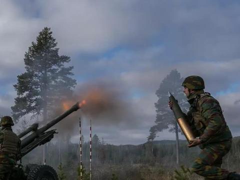 担心俄罗斯切断GPS,比利时军人学习使用指南针