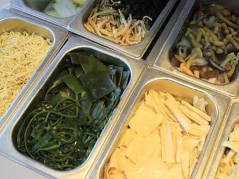 为啥杨国福麻辣烫生意惨淡?看到碗里的食材,网友直言谁吃就是傻