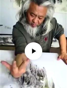 58岁大爷画画火了,用脸蹭用掌拍,是江湖耍杂?网友:绝对误会了