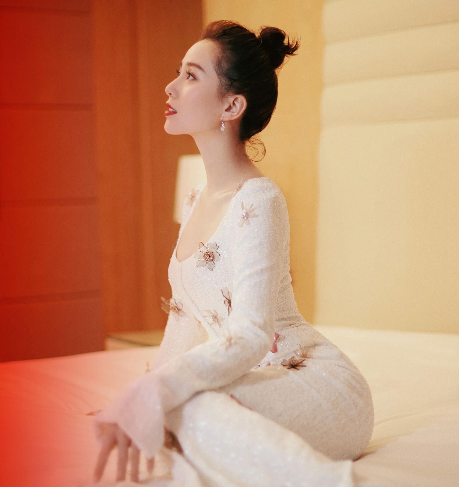 """刘诗诗又秀""""天鹅颈"""",穿白色花朵鱼尾裙,配丸子头美得优雅高贵"""