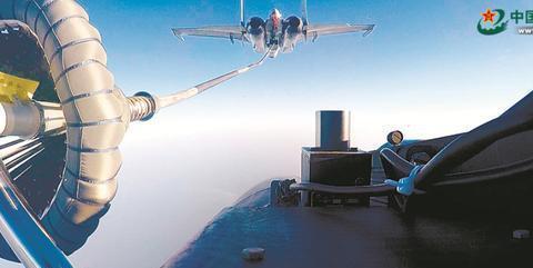 又见歼-15伙伴加油,很稳!中国航母战力和威慑能再升格