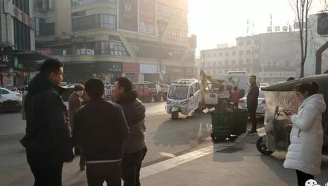 临颍:人民路中段一三轮车违停,被强行拖走