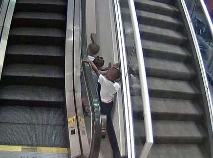 孩子在机场玩扶梯,不幸坠落身亡,母亲受到指控