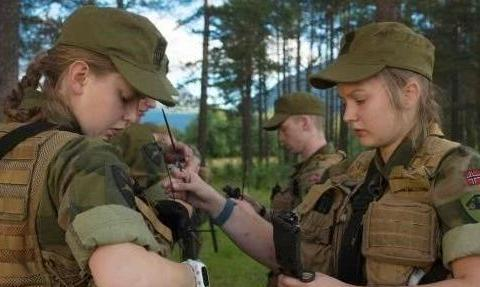 挪威训练女兵的方法有多严格?男兵被满地摔打,训练严格超出想象