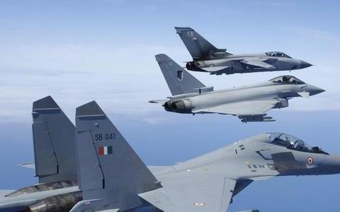 印度战机迫降巴基斯坦机场,飞行员说了一句话,俘虏秒变座上宾
