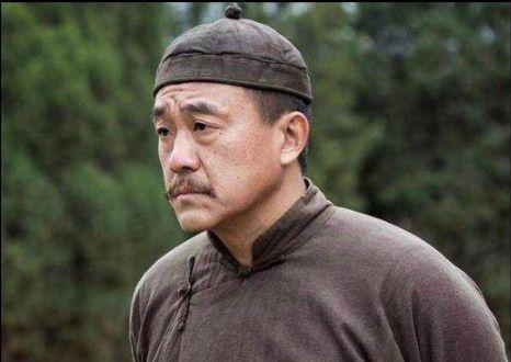 他是国家一级演员,37岁红遍全国,50岁成男神,至今无经纪人