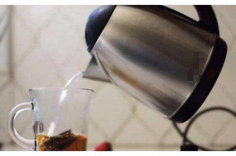 """电热水壶常用还没清洁过?媳妇将""""它""""丢进去,倒出半壶""""脏水"""""""