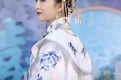 一场特别的婚礼,新娘穿青花瓷婚纱惊艳全场,网友:人美意境美