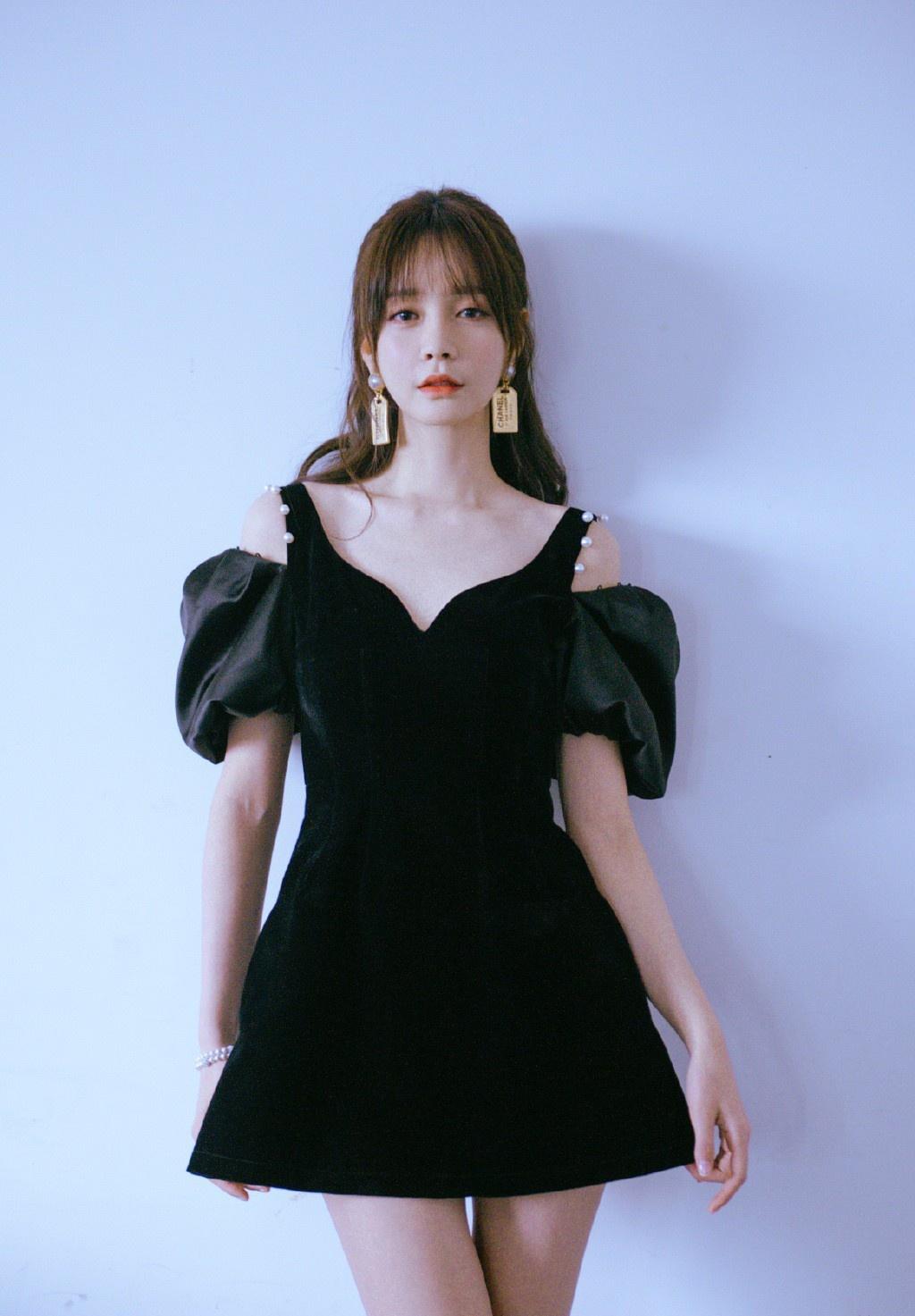 沈梦辰越来越精致了,黑色丝绒裙穿成小公主,坐沙发上美腿成焦点