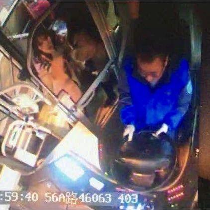 公交车上,女乘客手机丢失后求助,不料突然倒下…