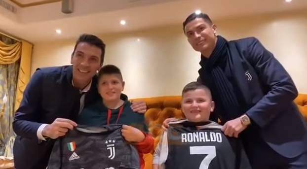 C罗布冯探访阿尔巴尼亚地震幸存男童并赠送球衣