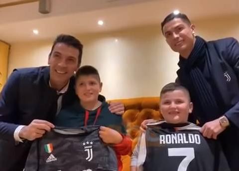 温暖人心,C罗、布冯探访阿尔巴尼亚地震幸存男童并赠送球衣