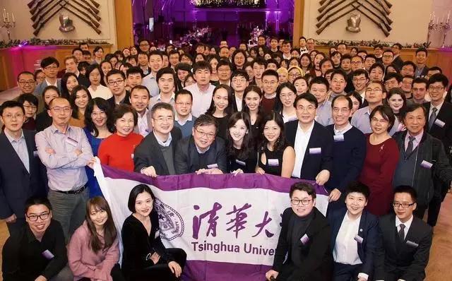 章泽天参加清华大学校友聚会,站的位置惹争议,网友:好讽刺