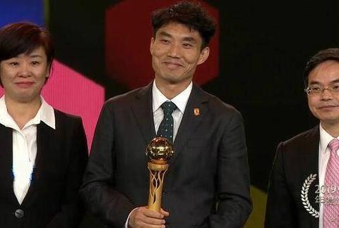 没争议!暴力鸟获中超最佳球员,颁奖却没去, 代领奖的郑智表情亮了