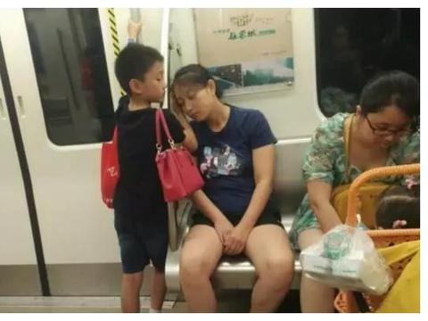 地铁上的两个孩子,素质差距一目了然!网友:父母的修养很关键