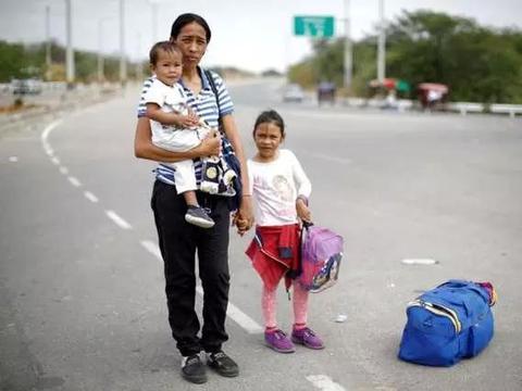 委内瑞拉青壮年男子批量逃往国外,数以万计母亲带娃奔波更辛酸