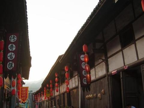 """中国最""""特别""""的古镇,一脚跨三省,一条街道吃遍所有美味"""