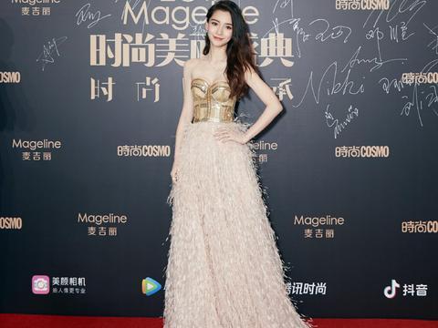 杨颖抹胸羽毛裙穿成娇嫩公主,细看这腰网友直呼:能有20厘米?
