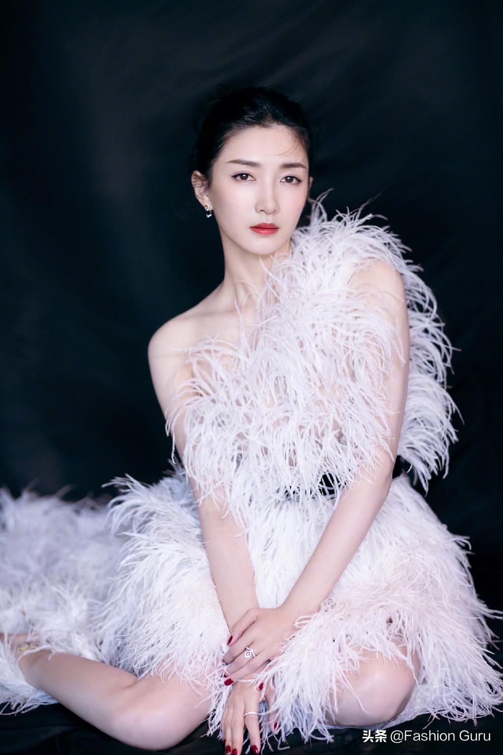 江疏影参加第二届海南电影节红毯造型