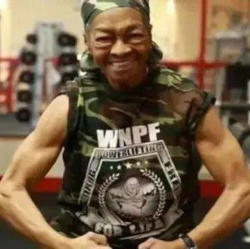 82岁健身奶奶把29岁匪徒打上救护车!看到她的肌肉我彻底服了!