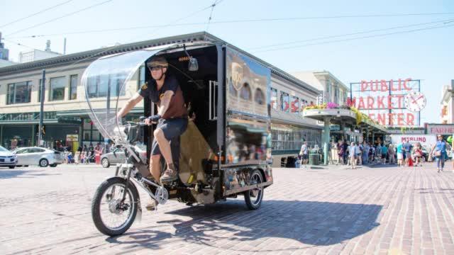 骑电动自行车一天送150单 美国快递小哥:我太难了