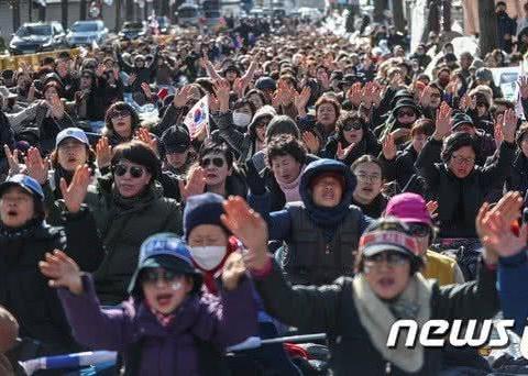 市民连续2个多月在青瓦台前静坐,抗议文在寅,附近居民投诉不断