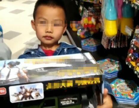 妈妈带四岁儿子买玩具,销售员看到就跑,旁边人却大赞,教育高手