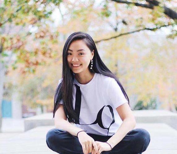 李连杰19岁女儿晒近照,被高大猛男搂肩合影,友人3字评论显暧昧