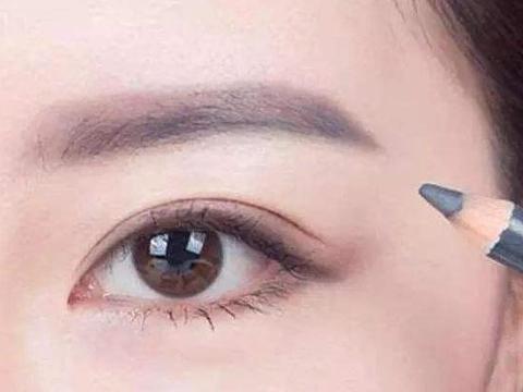 女人脸上光滑细腻,可眉毛总爱长痘?原因基本离不开这2点!