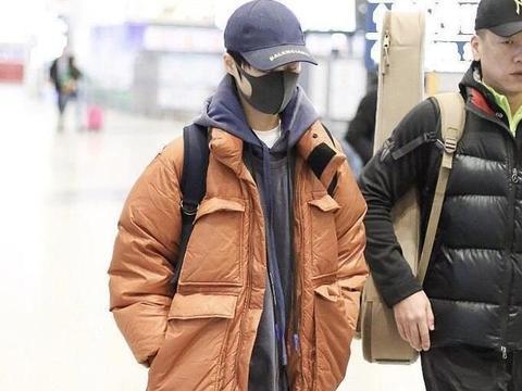 """李宇春叠穿玩得""""很溜"""",羽绒服内搭连帽卫衣+白T恤"""