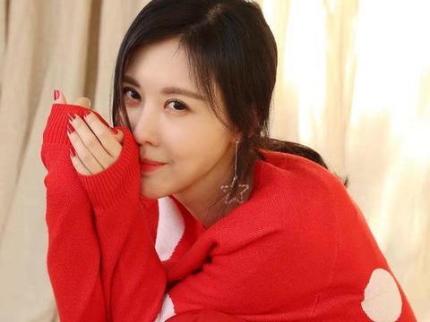 田朴珺越来越高调,又穿红色毛衣配雪纺裙甜美减龄,美得不像38岁