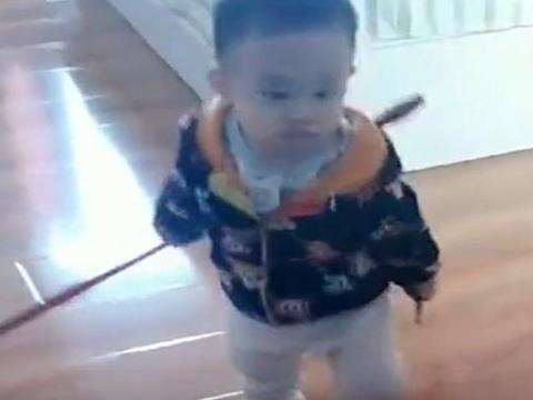 """爸爸不让儿子吃西瓜,儿子拿着""""大刀""""找爸爸,穿尿不湿的惹不起"""