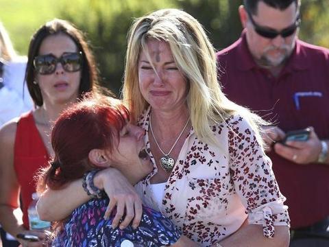 美国校园枪击事件频传,政府支持校方人员配枪,8成教师说NO
