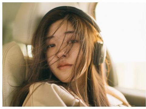 原以为赵露思只适合黑长直,当看到她留粉色短发,才知啥叫高颜值