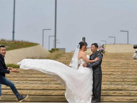 农民工夫妻工地现场拍婚纱照, 这辈子知足了!