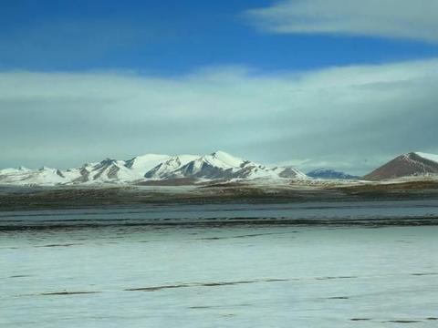修建半个世纪的青藏铁路,旁边的柱子是做什么的?专家说出原因