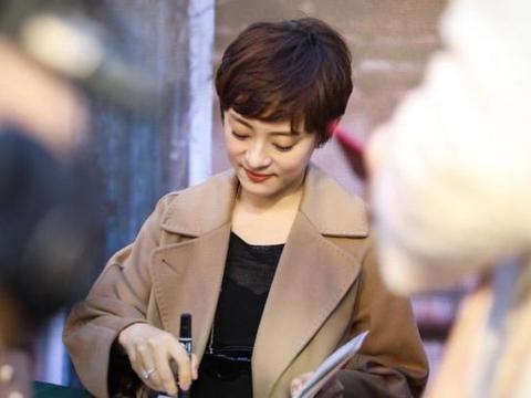 孙俪剪短发就是漂亮,一袭大衣搭配黑色休闲裤端庄优雅,减龄时髦