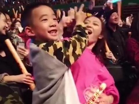 52岁陈小春演唱会报喜:粉丝万分激动,儿子却竖中指,何意?