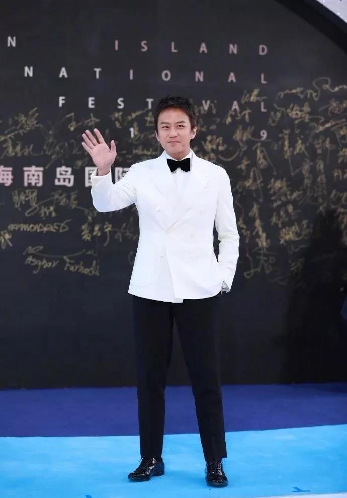 海南岛电影节闭幕式:吴京徐峥沈腾集体发胖,50岁蒋雯丽越发美艳