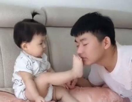 宝宝给哥哥闻脚,哥哥晕倒后,萌宝下一秒反应让网友们笑翻