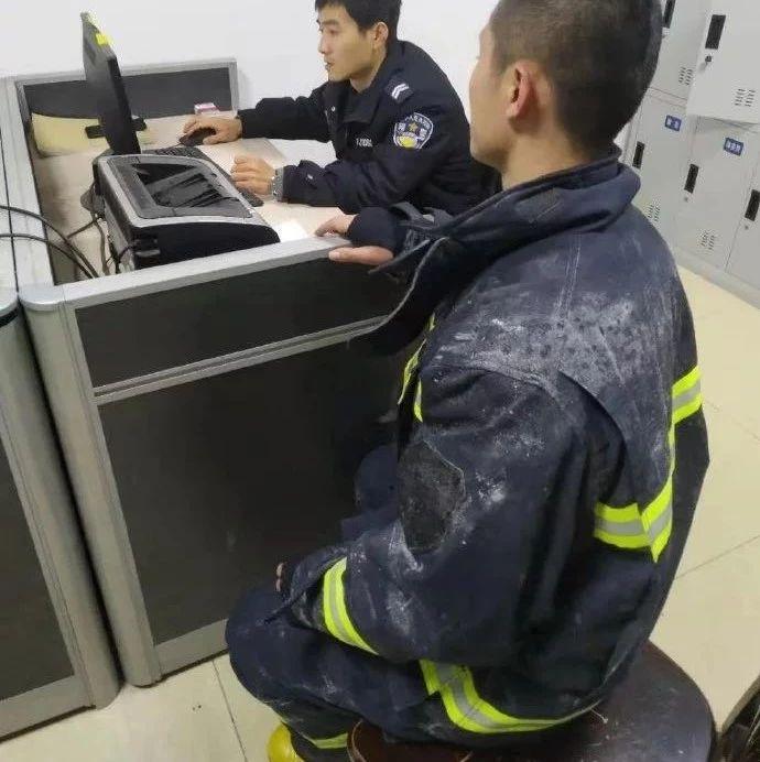 心寒!消防员在救火,你却在偷他手机,网友:赶快还回来!