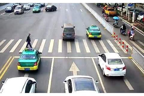 泰国人行道设计受欢迎,车友希望模仿:今后谁还敢闯红灯?