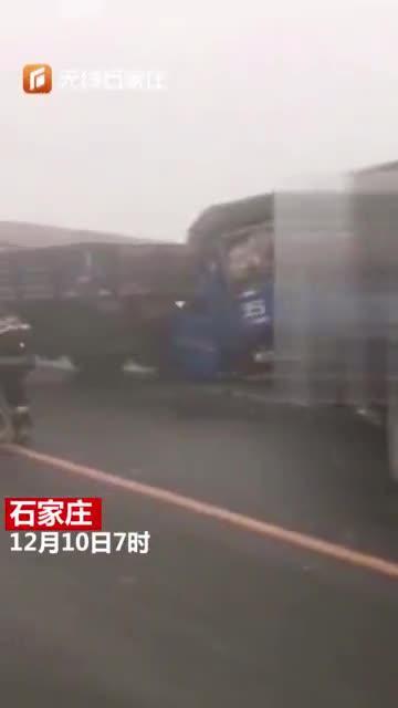 浓雾天路面结冰致多车相撞,消防紧急救援