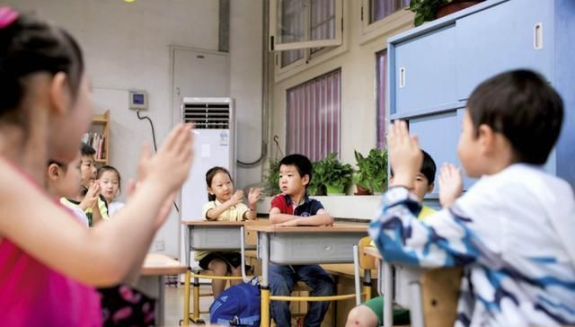 """小学老师让全班孩子都""""当官"""",50个学生全是班干部"""