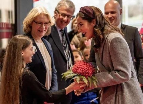 丹麦玛丽王妃用紫色搭配灰色长裙,戴发卡造型时尚又有浪漫风情