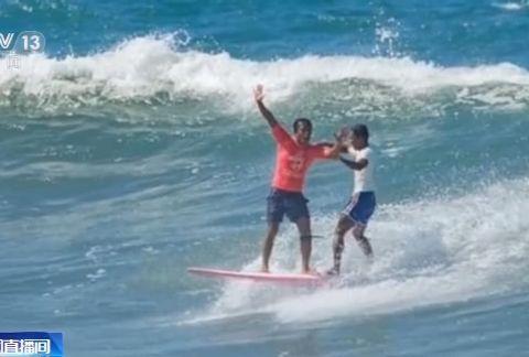 冲浪比赛时对手落水怎么办?菲律宾选手:救他!
