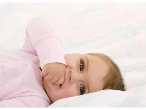 满6个月宝宝,如果还没掌握4个动作,父母要留意发育是否迟缓
