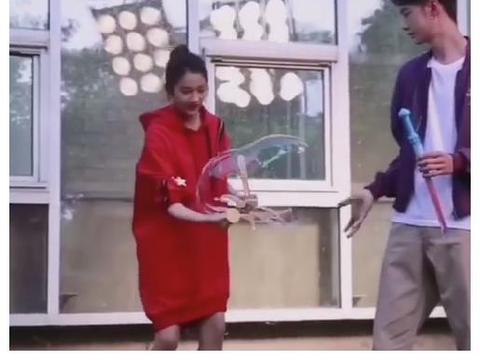 关晓彤王一博玩吹泡泡大战,看到两人的蹲姿,真没把对方当异性?