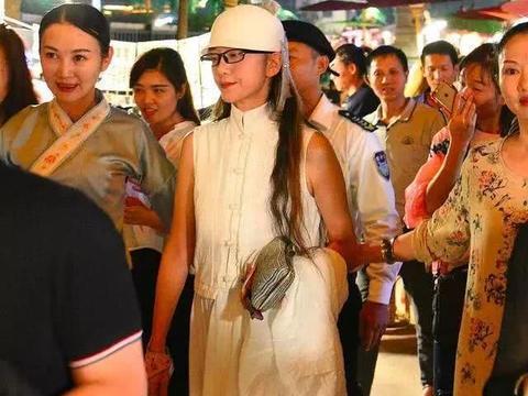61岁杨丽萍在机场穿着惊艳,一双美手更是吸引他人目光
